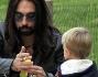 francesco sarcina de 'le vibrazioni' al parco con il figlio