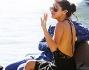 Selena Gomez scende a terra sulla costa francese per una passeggiata per la cittadina