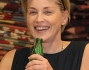 Sharon Stone si disseta dopo la passeggiata e sorride ai paparazzi