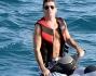 Simon Cowell bordo di una moto d'acqua, anche se il mare era un tantino agitato