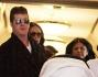 Simon Cowell e Lauren Silverman all'uscita della clinica col figlio Eric