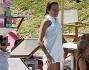 Stefania Rocca ha reinventato l'asciugamano come un originale miniabito
