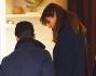 Piersilvio Berlusconi e Silvia Toffanin si fermano ad osservare le vetrine di un negozio che vende oggettistica per casa