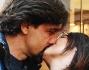 Valerio Staffelli e Matilde Zarcone innamorati si scambiano un bacio davanti agli obiettivi