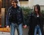 Valerio Staffelli si ferma a parlare con un paparazzo memntre passeggia con la moglie Matilde Zarcone