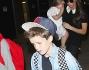 Victoria Beckham sbarca a Los Angeles con i figli e i paparazzi la infastidiscono: foto