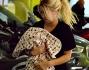 Wanda Nara assediata dai fotografi all'uscita dalla clinica