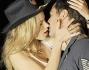 Un bacio focoso da parte della biondissima Halston Sage per Zac Efron