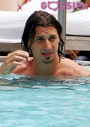 Zlatan ibrahimovic si fa il bagno in piscina foto e gossip - Si fa in bagno 94 ...