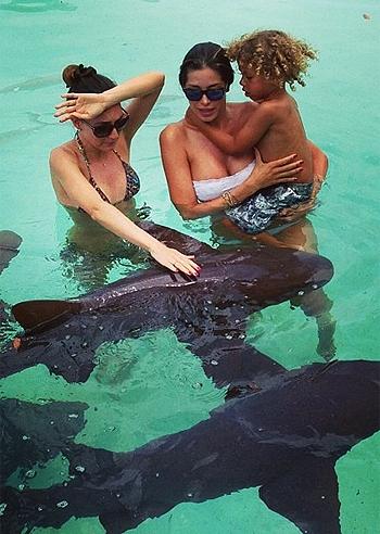 Aida yespica con il figlio aaron e l 39 amica veronica fa il - Bagno con gli squali sudafrica ...