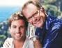 Alessandro Cecchi Paone posa con il compagno Claudio Viana Fernandes sullo sfondo bellissimo di Positano