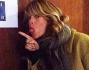 Alessia Marcuzzi posa davanti alla porta degli uffici de Il Grande Fratello