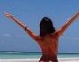 Bikini mozzafiato sulla finissima spiaggia bianca: Alessia Reato