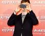 Dane DeHaan non resiste e scatta una foto con il suo cellulare ai fotografi del photocall
