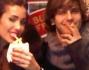 Federica Nargi addenta una patatina mentre Andres Gil fuma la sigaretta