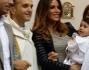 Guendalina Tavassi e Umberto D'Aponte durante la cerimonia posano insieme al parroco e una parte della famiglia