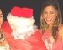 Belen, Cecilia e Jeremias con la zia posano con Babbo Natale