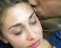 Jeremias fratello e zio premuroso bacia la sua sorellina che riposa con il piccolo Santi