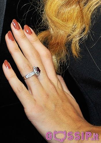 donna scegli genuino nuova collezione Un anello con rubino e diamanti all'anulare di Belen - Foto ...