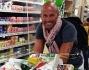 Stefano Bettarini fa la spesa in un supermaket tutto USA