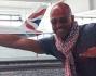 Stefano Bettarini si diverte a fare 'Superman' in aeroporto a Londra