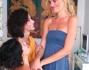 Giulia Bevilacqua scherza con l'amica Claudia Zanella chiedendole la mano in ginocchio