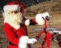 Vittorio Brumotti in veste di Babbo Natale sulla due ruote e non sulla slitta trainata dalle renne