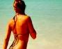 Fisico mozzafiato per la bella Elisabetta Canalis che si gode il sole in spiaggia