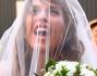 Elisabetta Canalis con il velo prima di entrare in chiesa