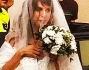 Elisabetta Canalis con l'abito ed il bouquet in mano
