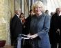 Camilla Parker Bowles posa davanti al carrello del famoso maghetto 'Harry Potter'
