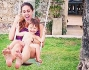 Cecilia sull'altalena insieme al piccolo Santiago mentre Aspirina li guarda giocare