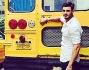 Francesco Monte posa davanti ad un classico Scuola Bus americano tipicamente giallo