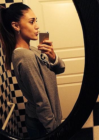 Selfie in bagno per cecilia rodriguez davanti ad uno specchio foto e gossip - Selfie in bagno ...