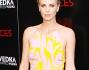 Charlize Theron ha optato per un mini abito rosa antico con stampa in giallo e accessori pink in coordinato