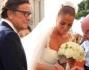 Ecco arrivare la sposa accolta da una folla di curiosi e di far del calciatore juventino