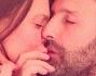 Claudia Galanti ed Arnaud Mimran coccole in volo per la coppia presto di nuovo genitori