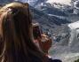 Martina Colombari a spasso in montagna fotografa il ghiacciaio