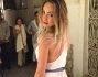 Bellissima in bianco e in lungo per le vie di Capri: Cristel Carrisi