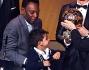 Cristiano Ronaldo stringe il Pallone D'Oro mentre Pelè alza come segno di vittoria il piccolo Ronaldo Jr