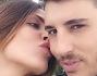 Baci con lo sfondo del panorama caprese per Guendalina Tavassi ed Umberto D'aponte
