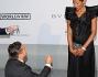 Il produttore Oscar Generale si inginocchia sul red carpet degli AmfAR per chiedere alla fidanzata ed ex Miss Italia Denny Mendez di sposarlo. A fare da testimoni alla scena, John Travolta e la moglie Kelly Preston