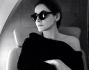 Clotilde Courau seduta in aereo in attesa di arrivare a Dubai