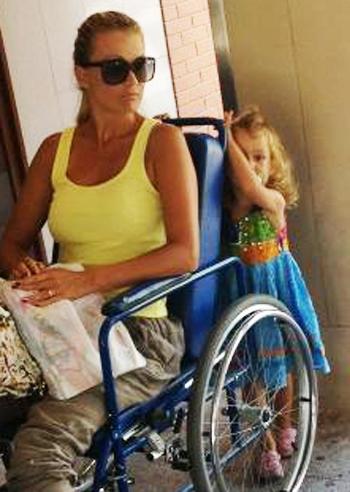 Infortunio alla caviglia per eva henger ma niente paura ci pensa jennifer alla mamma foto e - Eva henger a letto ...