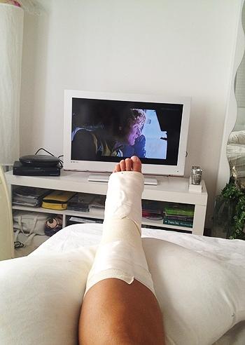 La fasciatura della caviglia di eva henger foto e gossip - Eva henger a letto ...