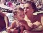 Relax in spiaggia ad Ibiza per Claudia Galanti e Arnaud Mimran con i figli