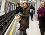 Geri Halliwell sulla banchina che aspetta la metro