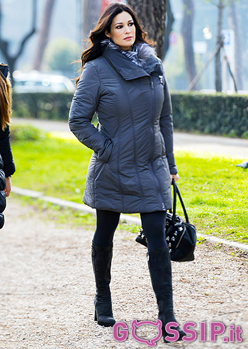 Manuela arcuri arriva insieme alla sua assistente for Assistente alla poltrona offerte di lavoro