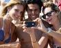 Non poteva mancare il selfie di gruppo per Irene Cioni e Luca Onestini insieme ad un'amica
