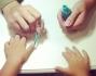 Jamie Carlyn si fa fare la manicure turchese